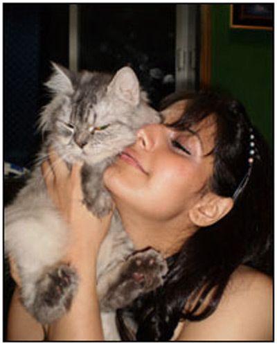 Zarine khan mit Tier