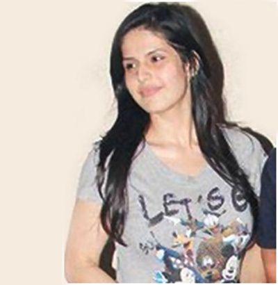 Zarine khan in grau T-Shirt