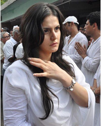 Zarine khan im weißen Kleid