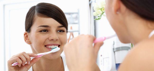 10 Zähneputzen Fehler Sie vermeiden sollten Foto