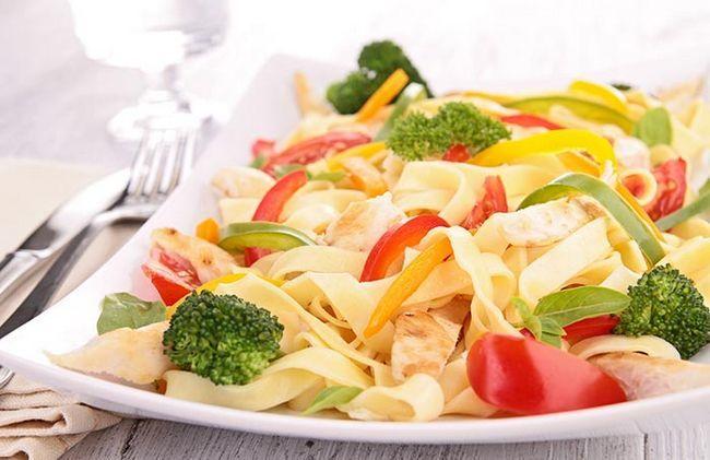 Pasta mit Gemüse und Huhn