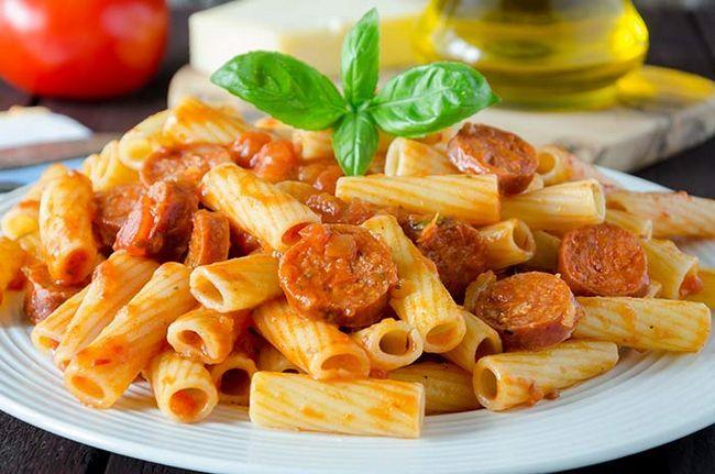 Pasta mit Tomaten und Wurst