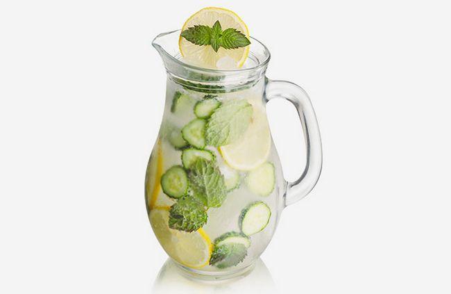 Stattdessen Soda zu trinken, versuchen, eine Kombination aus Minze, Gurke und Selters, und frisch fühlen!
