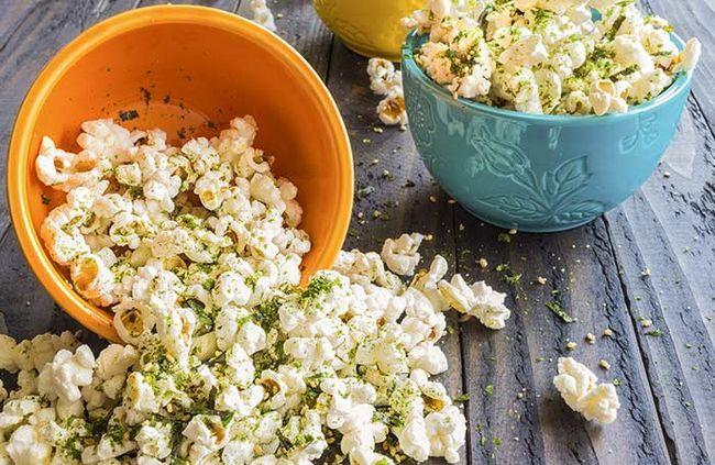 Statt Käse auf Popcorn der Besprengung, versuchen Nährhefe!
