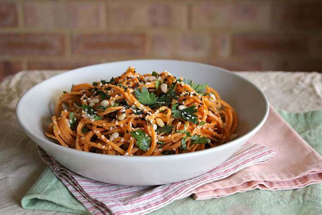 Carrot-Pasta-With-A-Cremig, -Zesty-Knoblauch-Sauce