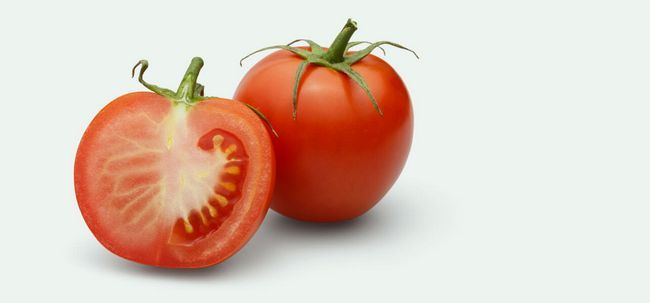 3 Hausgemachte Tomatengesichtspackungen für verschiedene Gesichtstypen Foto
