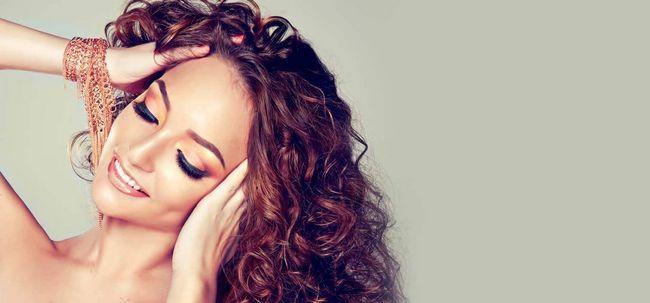 5 Methoden Ihr lockiges Haar zu glätten Foto