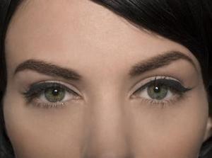 Massieren Eyebrows