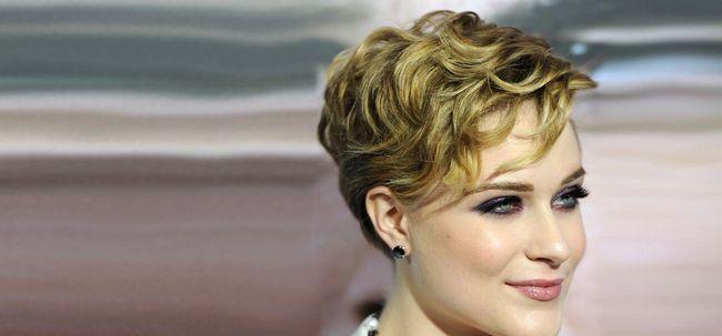 50 erstaunliche Layered Frisuren für lockiges Haar Foto