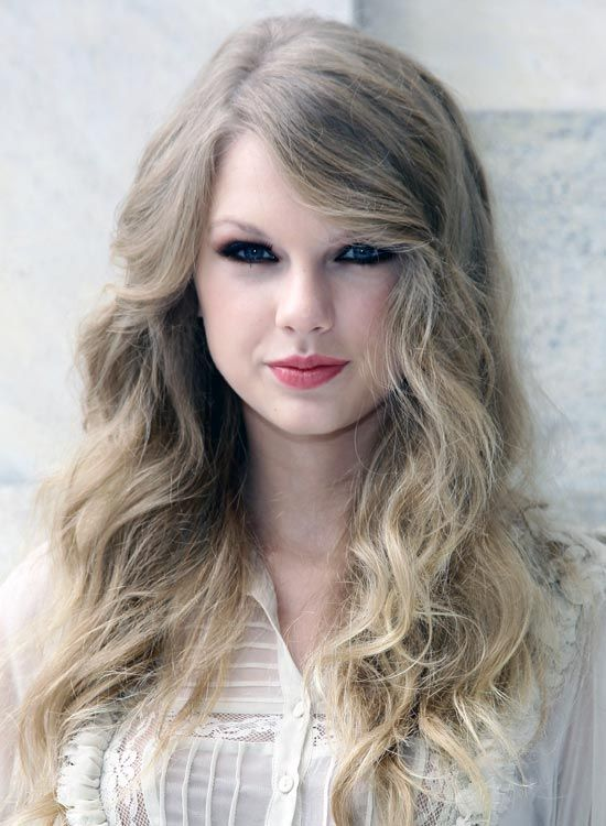 Side-Parted-Blonde-Layered-Curls-mit-Side-Sweep