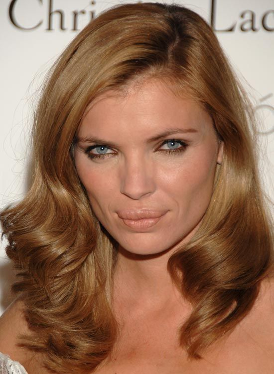 Side-Parted-Blonde-Layer-mit-Inward-and-Outward-Curls