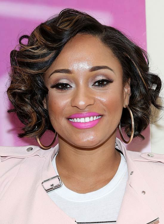 Short-Backen-Length-Bob-mit-Side-Parted-Layered-Curls
