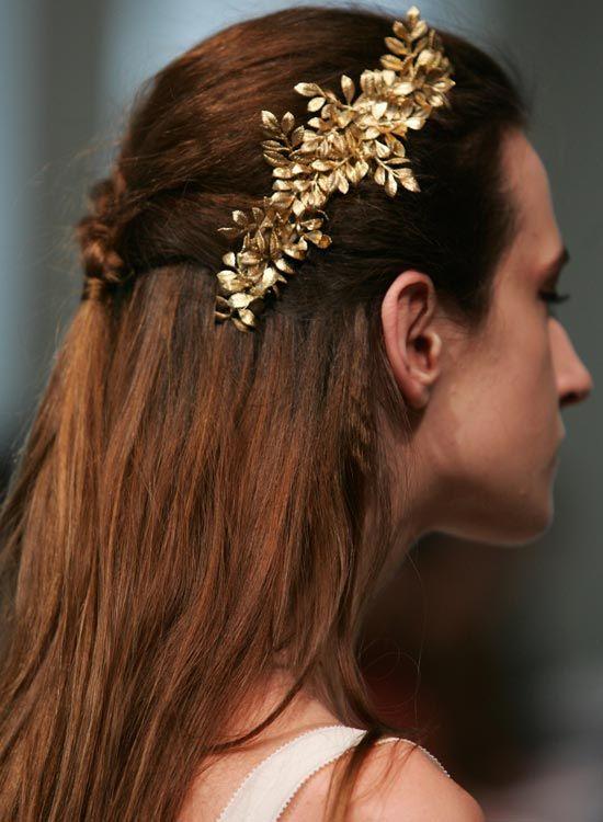 Geflochtene Halb Frisur mit blumiger Haarspange