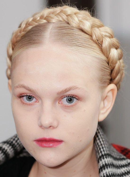 Mittel Parted Haar mit dicken, geflochtenen Wraparound