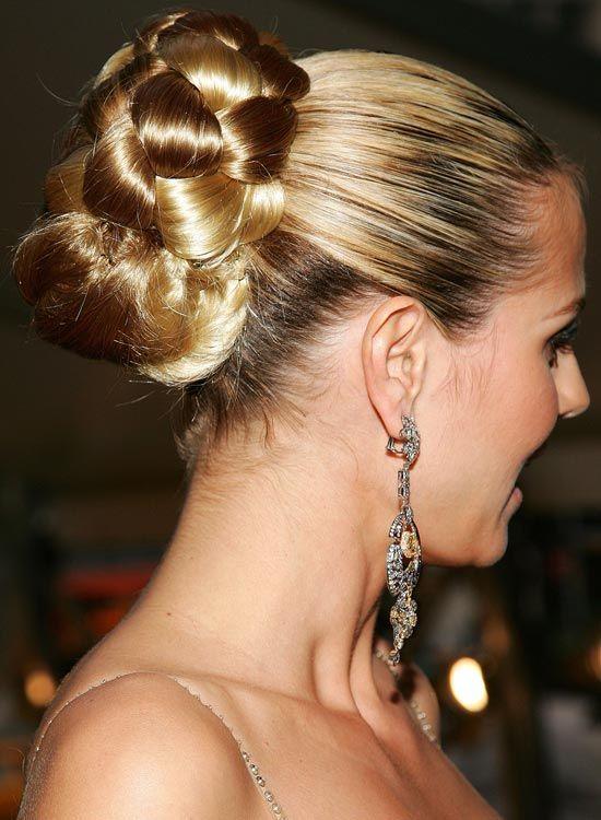 Halb Geflochtenes Brötchen auf Hervorgehoben Blondes Haar