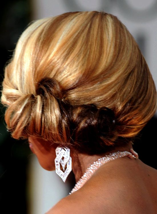 Low-Side-Swept-Rolled-Updo-mit-Textur