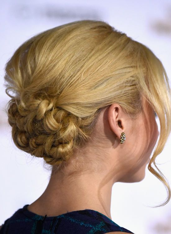 Low-blumige-Bun-mit-Puffy-Crown-and-Wellenförmige-Bang