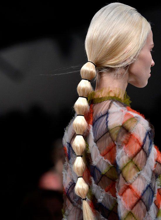 Low-Segmented-Pferdeschwanz-on-Long-Gerade-Hair
