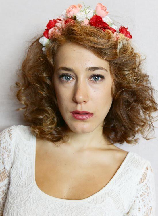 Side-Parted-Curly-Bob-mit-Blumen-Stirnband