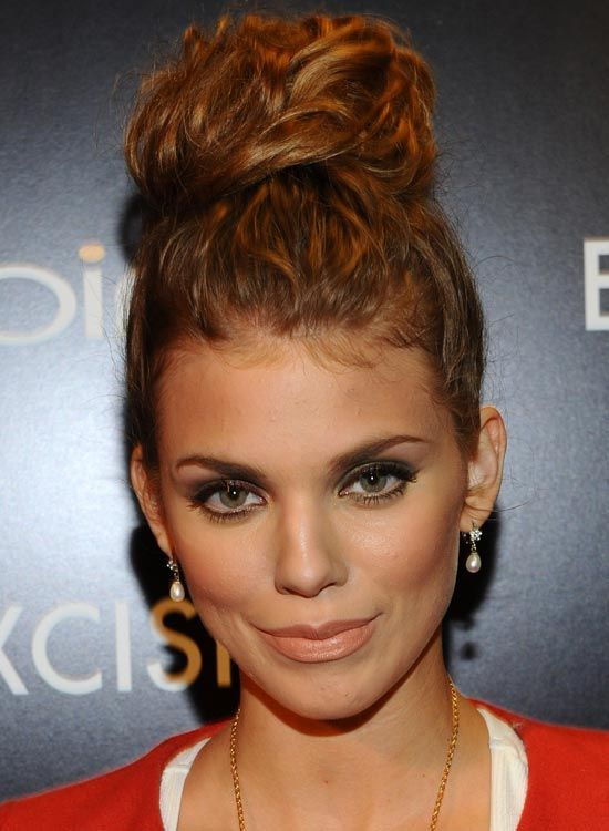 Hair-Wrapped-Topknot-mit-Soft-Curls