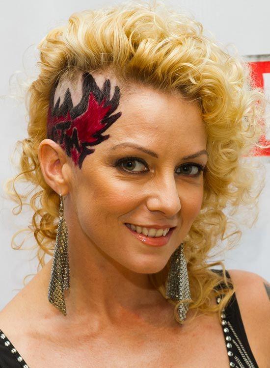 Short-Curly-Hair-mit-One-Side-Rasierte-and-Tätowierte