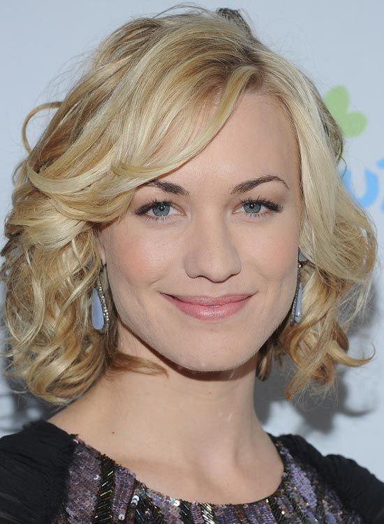 Blonde-Curly-Bob-mit-Side-Swept-Bang