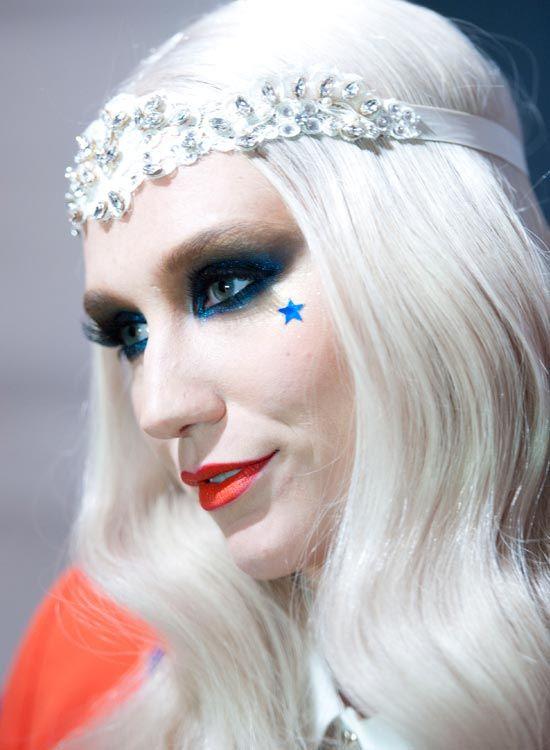 Glatt-und-Middle-Parted-Platinum-Blonde-Wellen