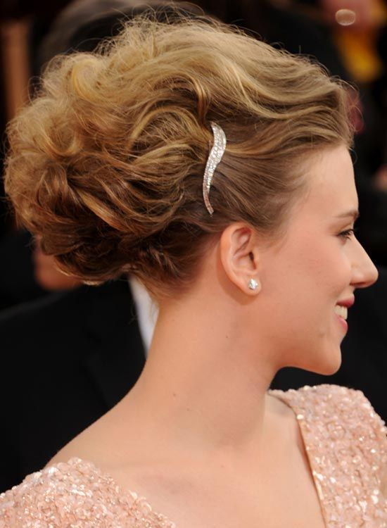 Wellenförmige Diagonal Brötchen mit Textur und Haarspange