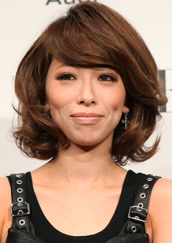 Volumized-Curly-Bob-mit-Side-Swept-Bangs