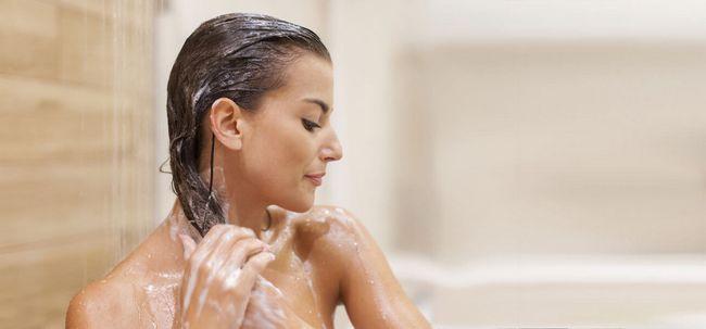 6 einfache Schritte, um Ihre Haare mit Shampoo zu waschen Foto