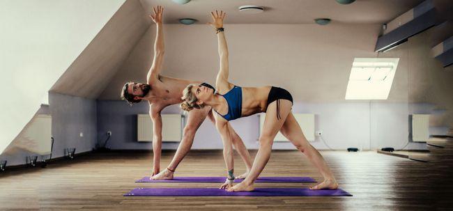 Bikram Yoga - The Ultimate Guide To The All 26 Asanas und ihre Vorteile Foto