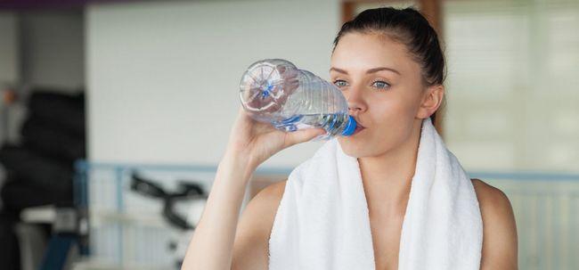 Wie viel Wasser sollten Sie trinken während des Trainings? Foto