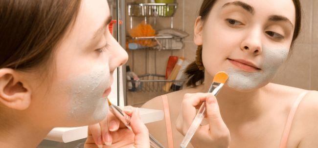 Wie wird die Vorbereitung Bentonitton Gesichtsmaske? Foto