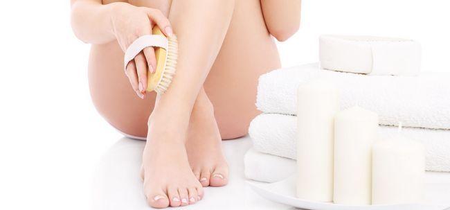 Wie man trockene Haut von Füßen und Beinen entfernen Foto