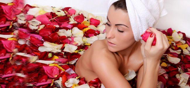 Wie Rose Wasser zu verwenden, trockene Haut zu behandeln? Foto