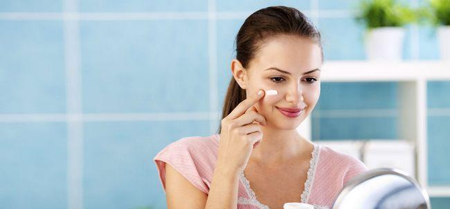 Wie man Sonnenschutz mit Make-up verwenden? Foto