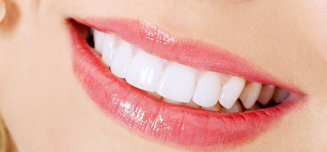Wie man Zähne mit Backpulver und Zitronen Whiten? Foto
