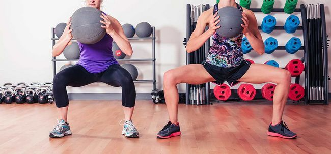 Medizinball-Slam-Workout - Wie es zu tun und was sind die Vorteile? Foto