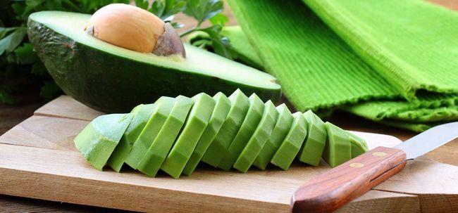 Einfache DIY - Avocado Hausgemachte Haarmaske für strapaziertes Haar Foto