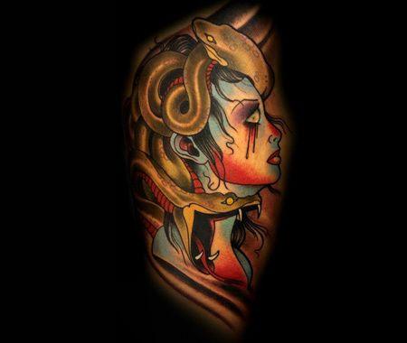 Farbige Medusa Oberarm Tattoo