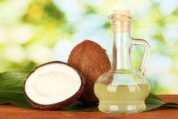 Kokosnuss-Öl-Massage auf das feuchte Haar