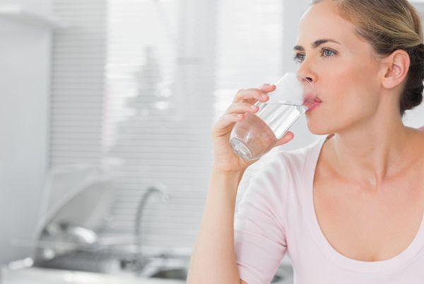 trinken Sie viel Wasser enthalten Eiweiß und Omega-3-Fettsäuren