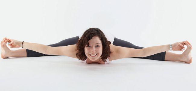 Upavistha Konasana / Weitwinkel Sitzvorwärtsbeuge Pose - How To Do und was sind die Vorteile? Foto
