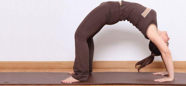 Urdhva Dhanurasana / aufwärts Bogen-Haltung / Rad-Pose - How To Do und was sind die Vorteile? Foto