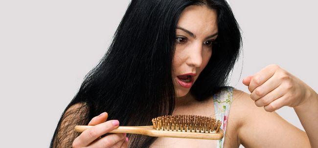 Was sind die Ursachen Haarausfall bei Frauen? Foto